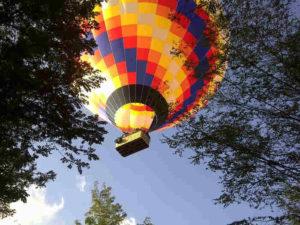 kolorowy balon z koszem