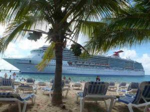 palmy i duży statek