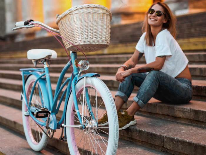 modelka i rower